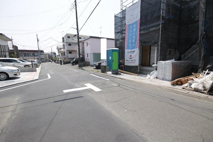 【前面道路含む現地写真】(2017年5月) 前面道路は幅6mなので、車同士のすれ違いも心配ありませんね。