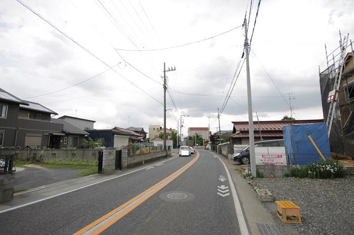 【前面道路含む現地写真】(2017年6月) 前面道路は幅7.5mあり、見通しも良いので、運転が苦手な方でも出入りが楽々です。