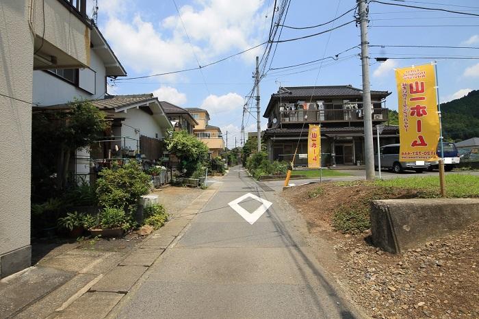 【前面道路含む現地写真】(2017年7月) 静かな住宅街で、落ち着いた暮らしをゆったりとお過ごしください。