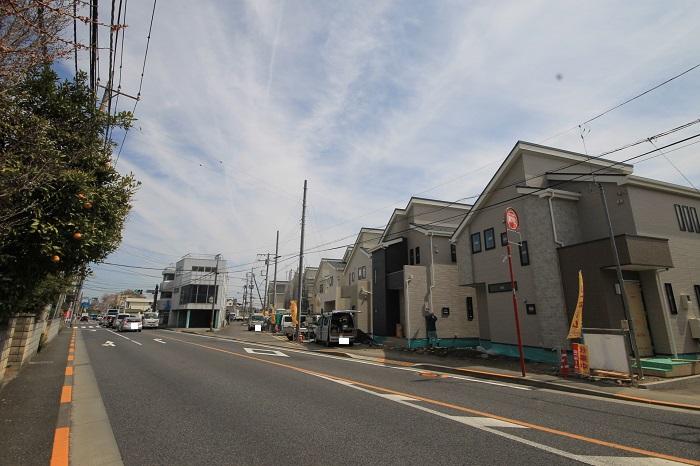 【前面道路含む現地写真】 静かな住宅街で、落ち着いた暮らしをゆったりとお過ごしください。