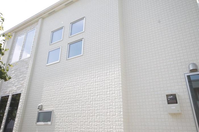 【その他画像】 (外壁イメージ)厚さ18mmのサイディングは傷に強く、雨で汚れが流れ落ちるセルフッ素コート。※
