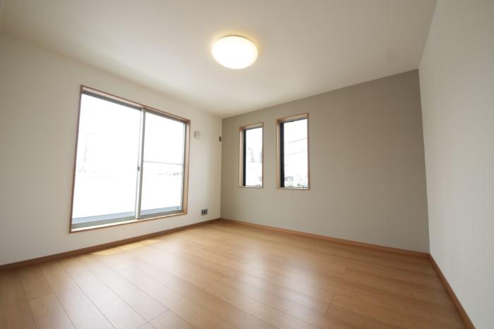 【居室】 全ての窓にLOW-Eガラスを標準装備しており、優れた断熱性で四季を通して快適な空間を保ちます。