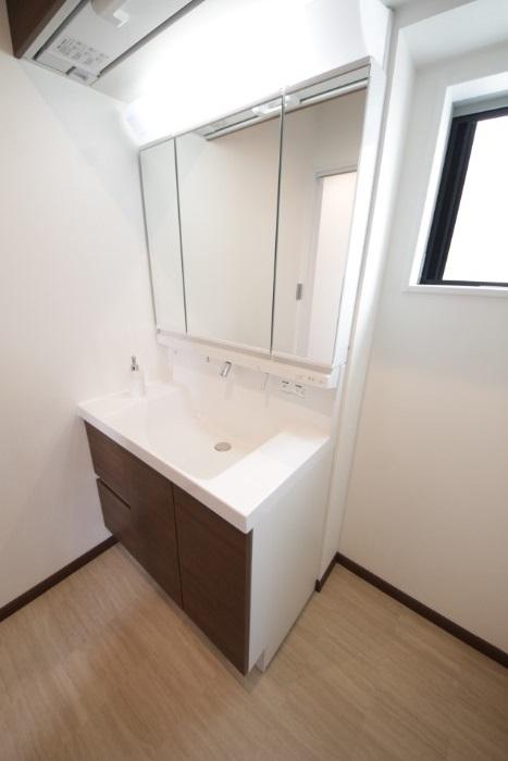 【洗面台・洗面所】 幅90cmゆったりサイズに加え、エコハンドル・曇り止めコートで省エネ・経済的です。