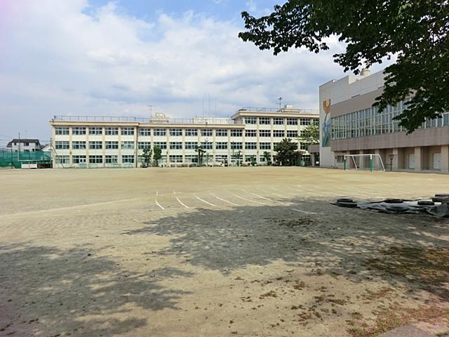 【周辺】 羽村第二中学校 徒歩5分 部活動で遅くなったり保護者会などの際も近いのでうれしいですね。