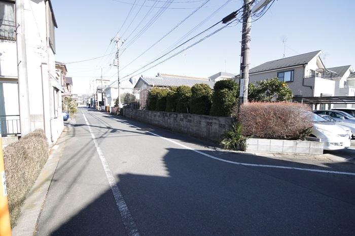 【前面道路含む現地写真】 前面道路は幅6mありますので、車の出し入れや車同士のすれ違いも心配ありませんね。