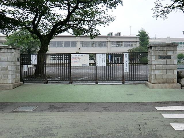【周辺】 福生第四小学校・徒歩8分 のびのびとした校庭で、たくさんの友達と遊べそうですね。
