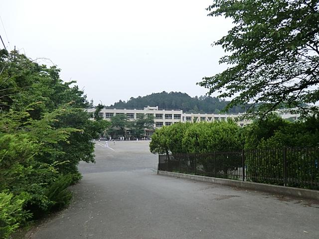 【周辺】 青梅第四小学校 徒歩7分:低学年のお子さんにも負担のない楽に歩ける距離で子育て世代向きのエリアです。
