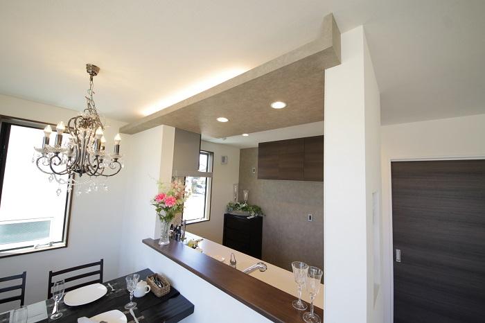 【キッチン】 (オプション造作イメージ)居室の随所に設けた間接照明は、明るくお洒落な空間を演出します。 ※