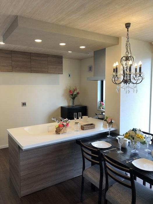 【キッチン】 (オプション造作イメージ)キッチンカウンター上の間接照明は、家族団らんの食事タイムを明るくします。※