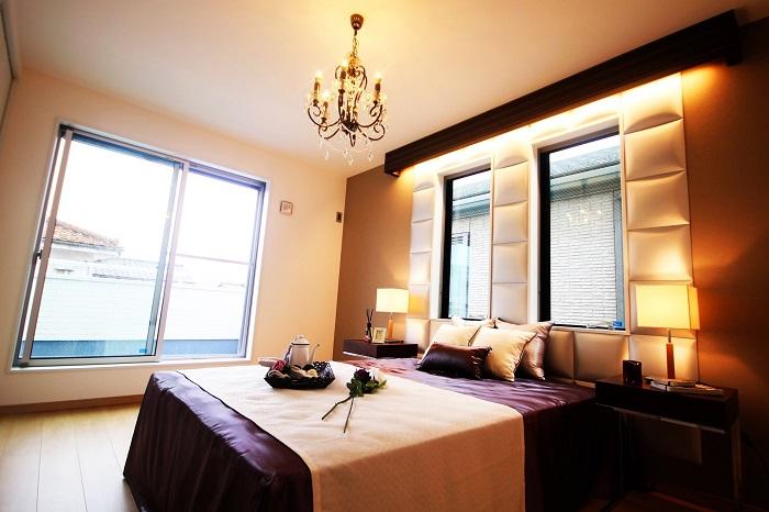【居室】 (オプション造作イメージ)布張りの壁面が贅沢な印象をプラス。全ての窓にLOW-Eガラスを標準装備。※