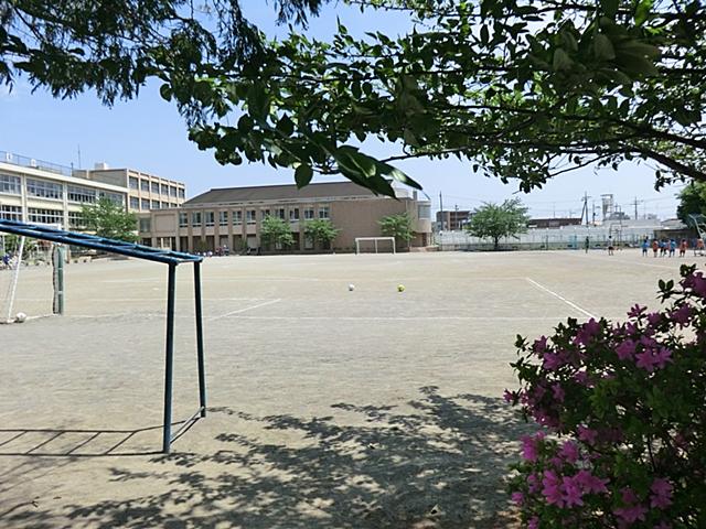 【周辺】 富士見小学校 徒歩8分:自然と触れ合い、勉学と遊びにのびのびと取り組める小学校です。
