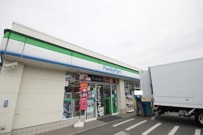 【周辺】 ファミリーマート羽村羽加美店 徒歩6分:24時間営業は心強く、ATM等も揃っており便利です。