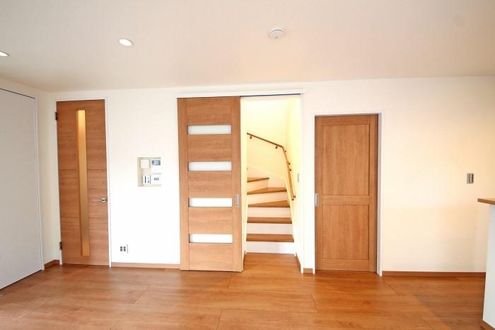 【リビング】 必然と家族が顔を合わせる機会が多くなります。プライバシー保護や音・熱も遮断する為にドアの設置が可能。