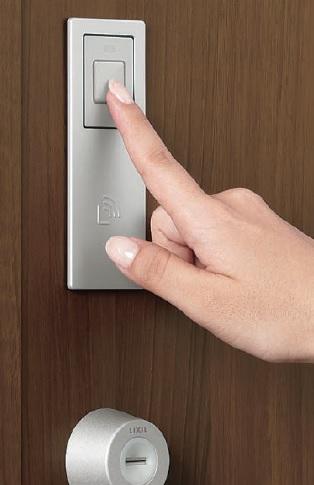 【その他画像】 (タッチキー)リモコンキーを鞄に入れておくだけで、ドアのボタンをワンタッチで解錠ができます。